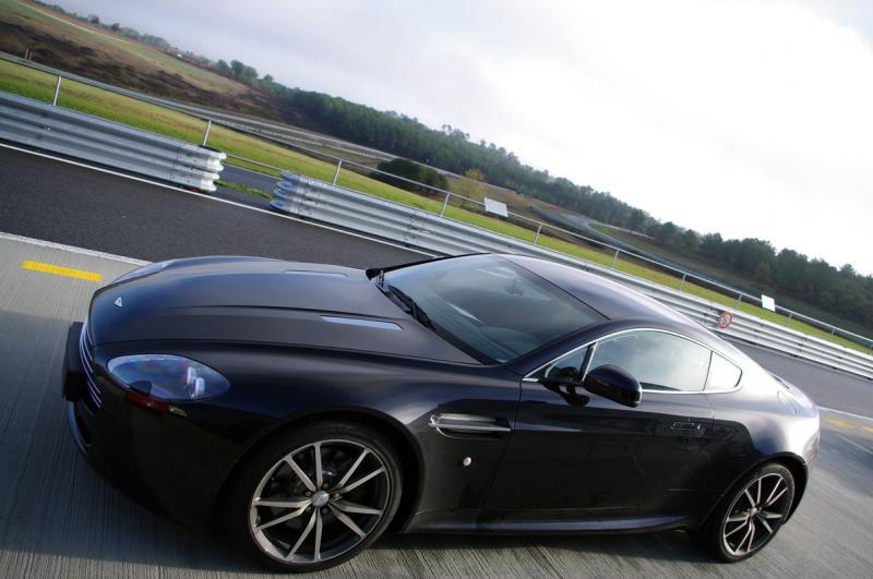 stage de pilotage aston martin v8 vantage pilotez sur circuit la voiture de james bond 007. Black Bedroom Furniture Sets. Home Design Ideas