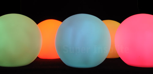 boule de lumi re led une sph re de couleur lumineuse d co super insolite. Black Bedroom Furniture Sets. Home Design Ideas