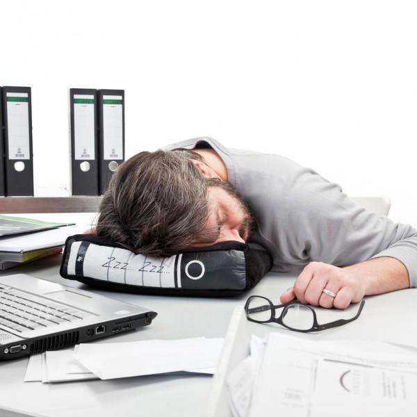 coussin oreiller classeur de bureau sieste au travail super insolite. Black Bedroom Furniture Sets. Home Design Ideas
