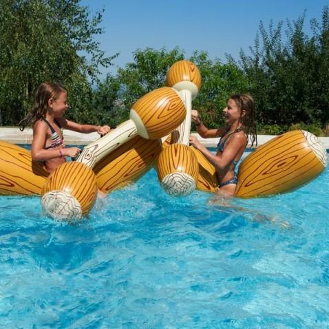 Jeu de combat gonflable piscine